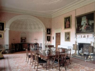 Wnętrze salonu w historycznej rezydencji w Wielkiej Brytanii.
