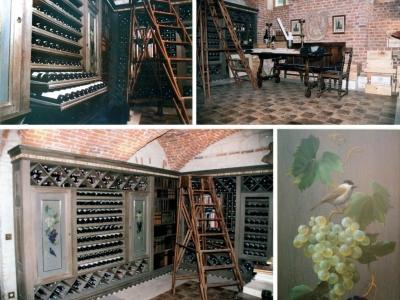Enoteka w Polsce. Wnętrze zawiera liczne skrytki i ukryte przejście. W prawym, dolnym rogu fragment dekoracji malarskiej szaf enoteki.