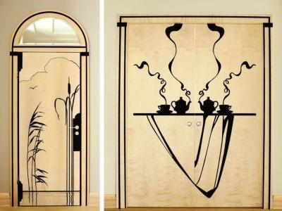 """Drzwi w technice intarsji z czarnego dębu w fornirze z brzozy karelskiej. Projekt dekoracji wykonano w pracowni """"STUDIO""""."""