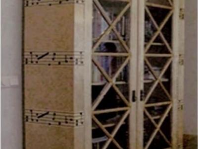 Szafa biblioteczna miłośnika muzyki.