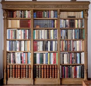 """Szafa biblioteczna w stylu gotyckim. Zaprojektowana i wykonana przez stolarzy artystycznych """"STUDIO""""."""