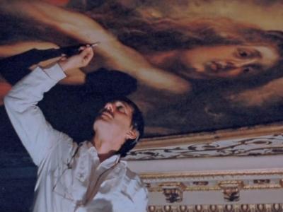 """Dyrektor STUDIO konserwuje plafon Petera Paula Rubensa w 17-wiecznym Pałacu Whitehall w Londynie. Zdjęcie z """"The Times"""", 26 lipca 1997r."""